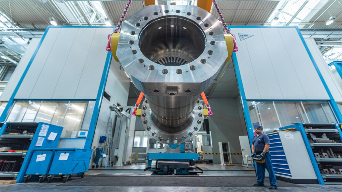 Inspection of a CHTD multistage high-pressure pump at the Frankenthal factory