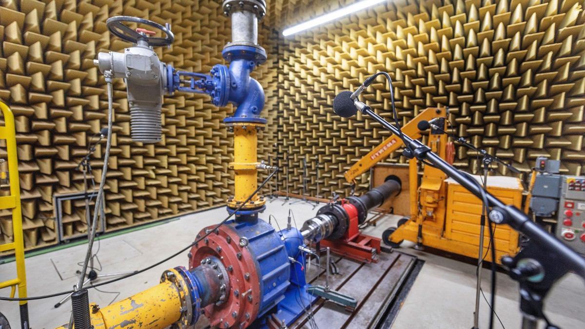 A microphone in the acoustics laboratory in Frankenthal measures the sound emitted by a pump while it is in operation.
