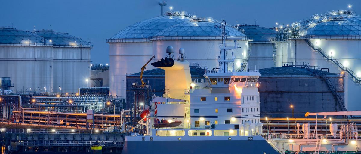 Pétrolier dans le port industriel