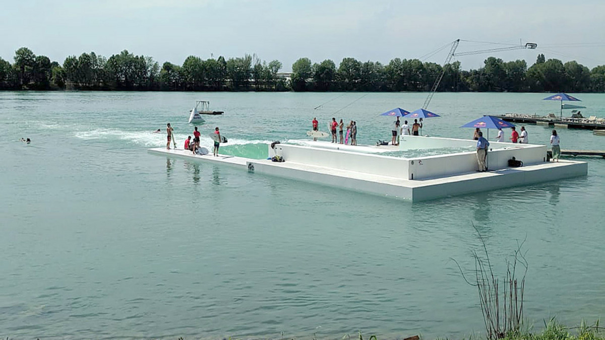"""See mit Surfanlage und Besuchern des """"Idroscalo"""" bei Mailand"""