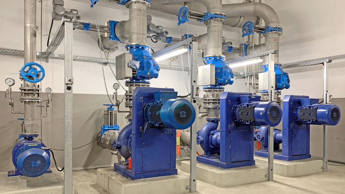 Pompes Sewatec, tuyauteries et robinetterie dans la salle des machines de la station de pompage de Fröndenberg