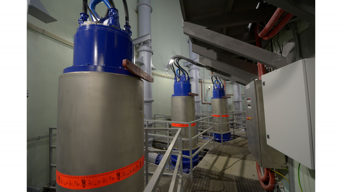 Bombas de aguas residuales en una estación de bombeo
