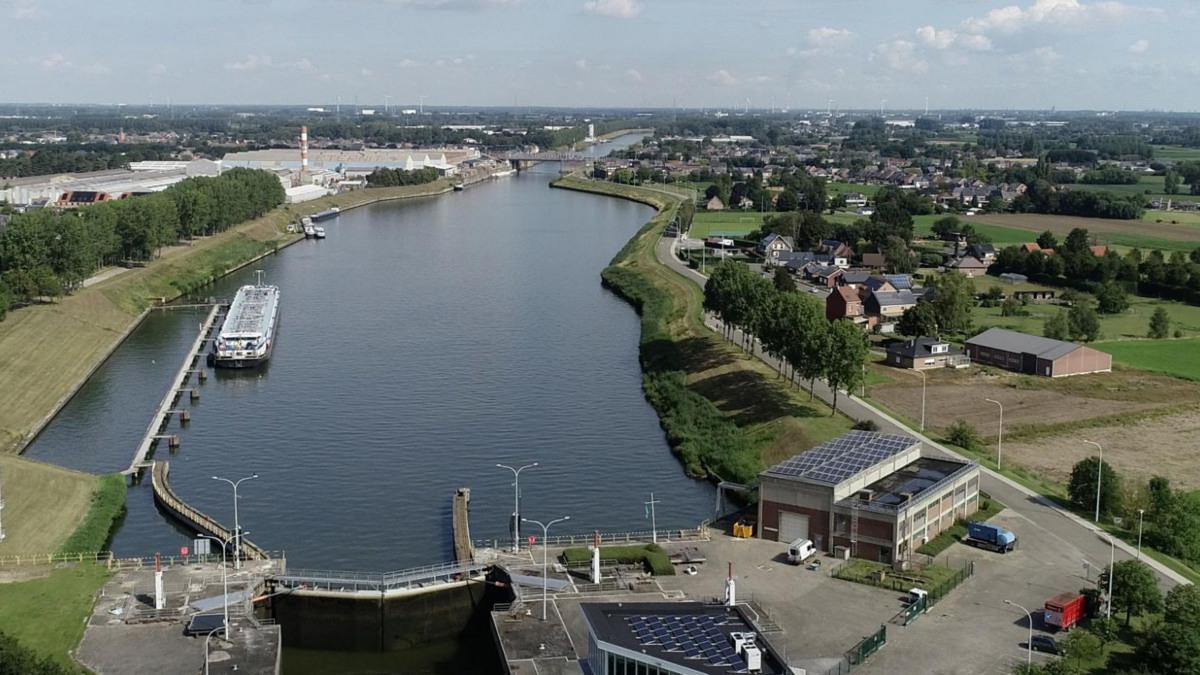 Le Canal maritime Bruxelles-Escaut, au niveau de l'écluse de Zemst.
