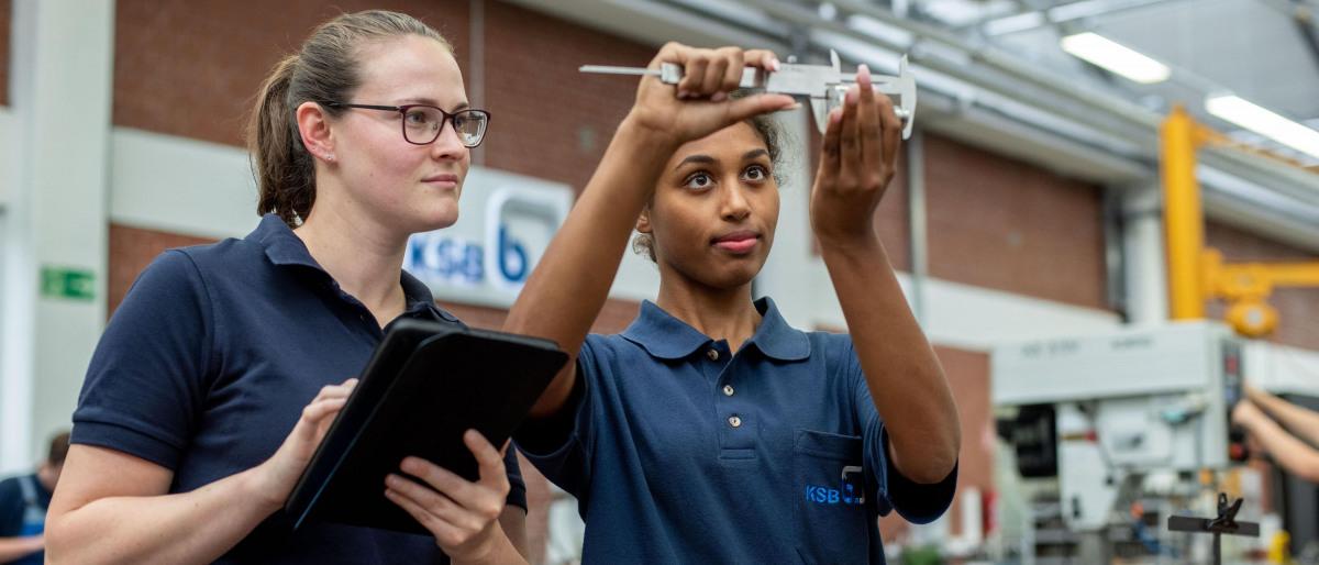 Zwei Auszubildende bei KSB