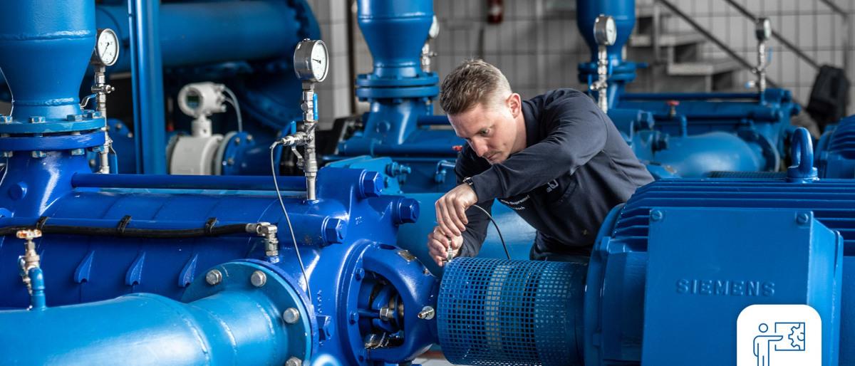 KSB Servicetechniker nimmt Einstellungen an einer Pumpe vor