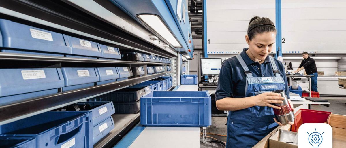 KSB-Mitarbeiterin in der Lagerhaltung begutachtet ein Ersatzteil