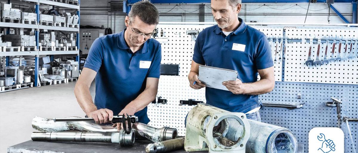 KSB-Reparatur-Spezialisten beim Arbeiten an einer Pumpe