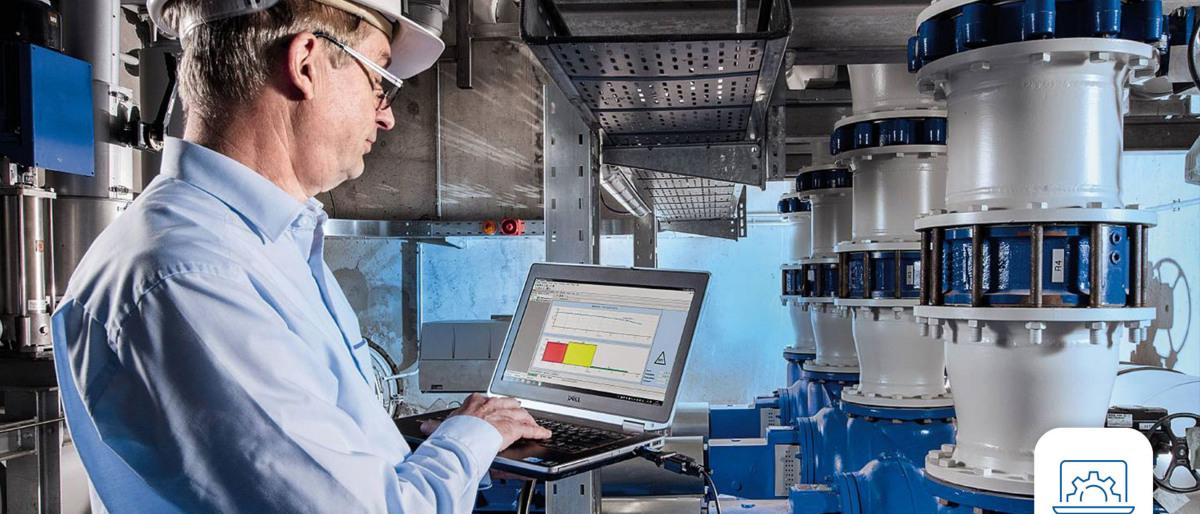 Un ingénieur KSB analyse les données sur son ordinateur portable dans une station de pompage.
