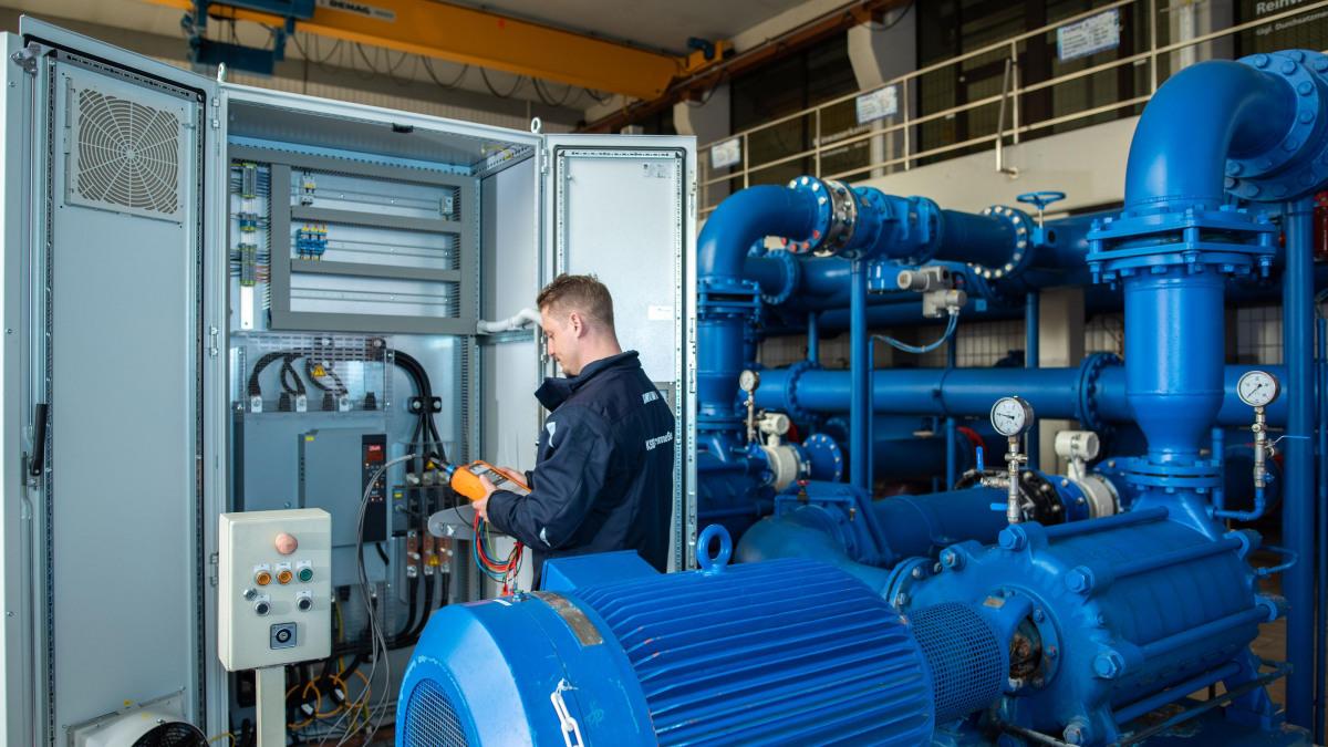 Esperto del servizio assistenza KSB registra i dati di misurazione da un armadio elettrico