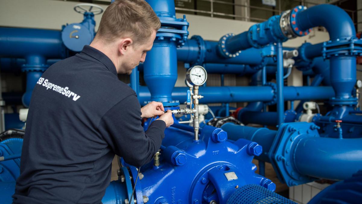Un esperto del servizio assistenza KSB controlla la tecnologia di misurazione su una pompa