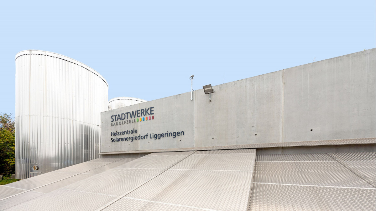 External view of the heating station building of the Liggeringen solar energy village