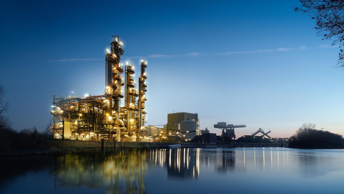 Chemiefabrik in der Dämmerung