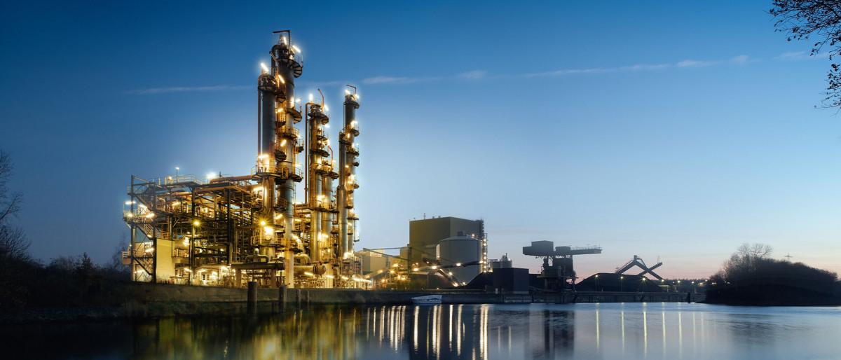 Produktionsanlage für chemische Güter in der Abenddämmerung