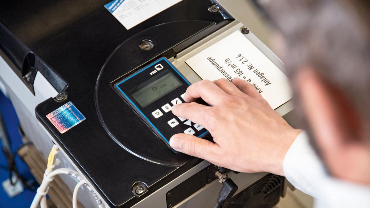 Une main configure PumpDrive2 directement sur le clavier afficheur