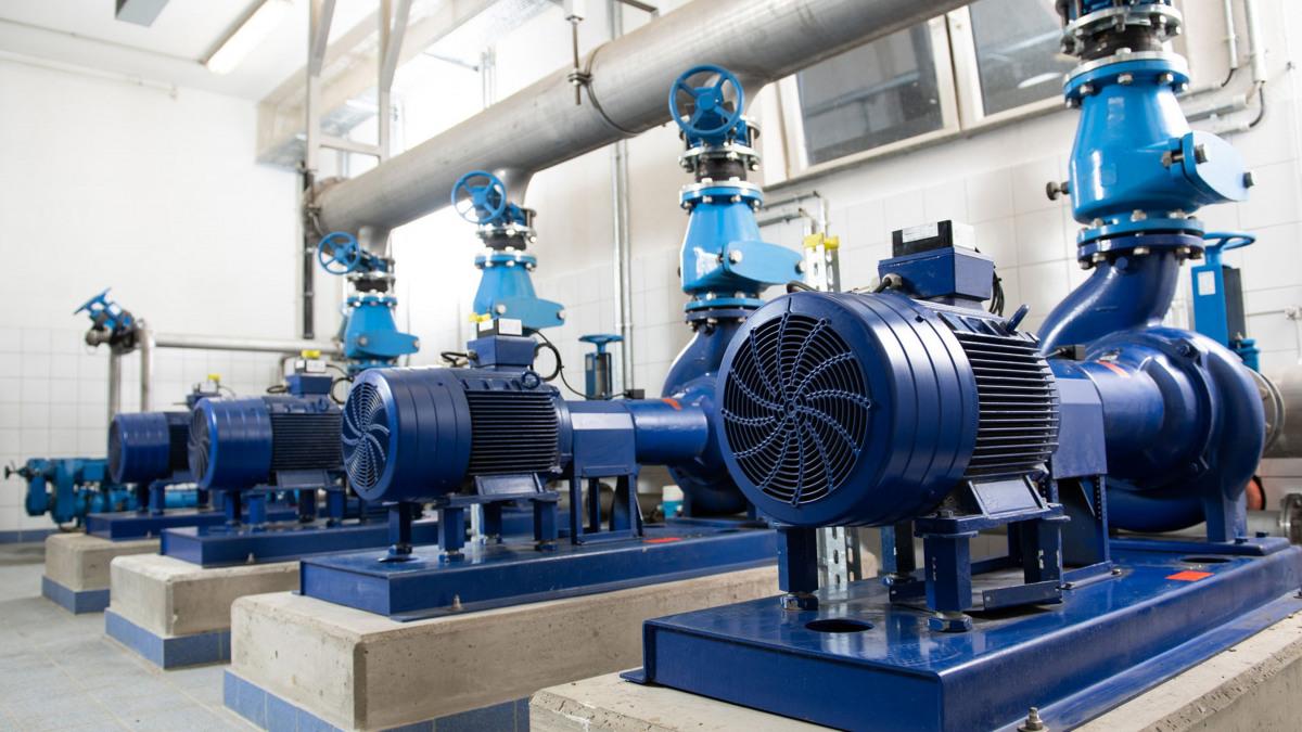 Installation avec tuyauteries, pompes et robinetterie