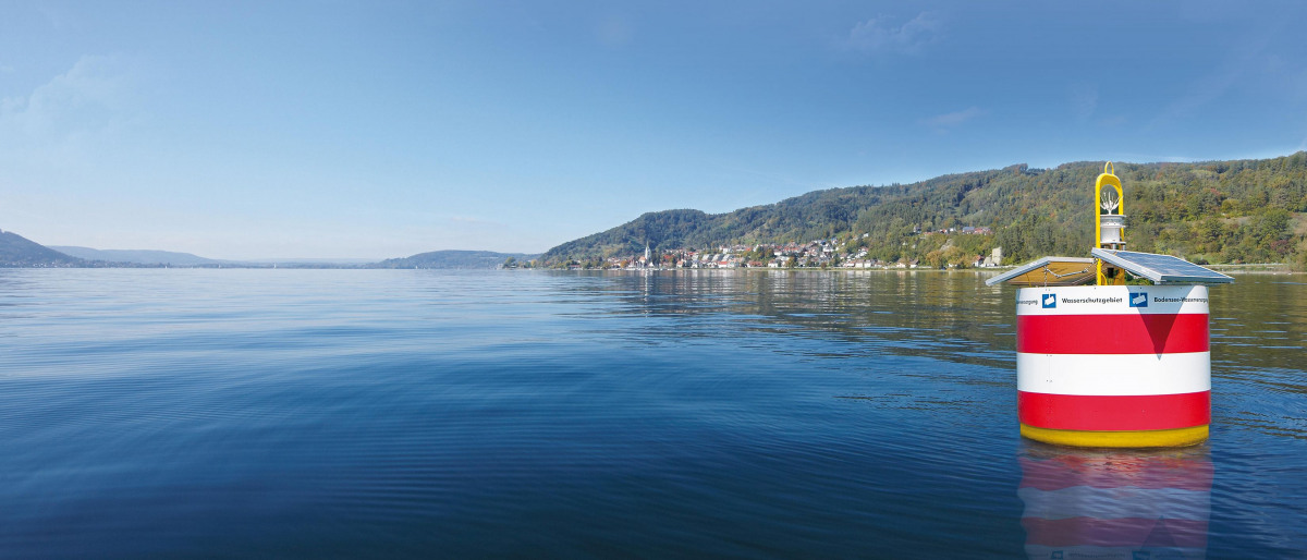 Buoys limit the water protection zone in Lake Constance