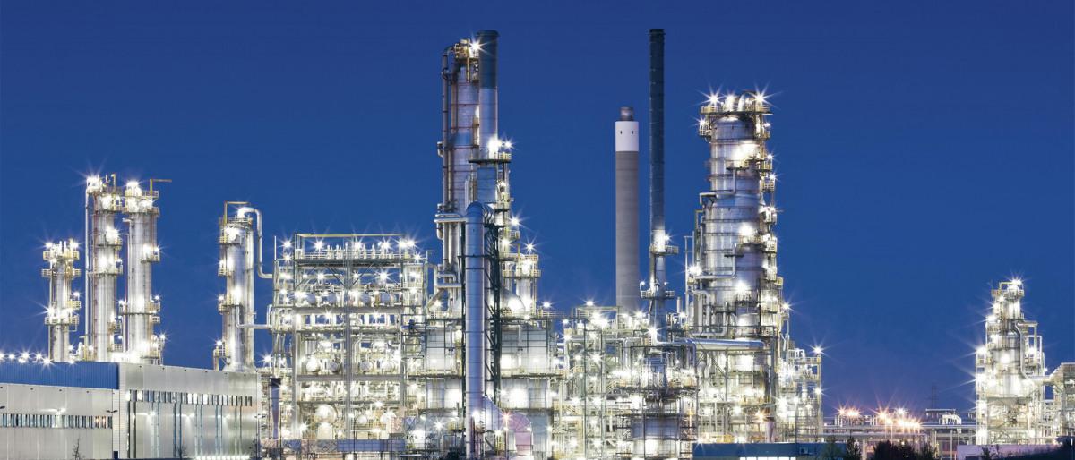Erdölraffinerie in der Abenddämmerung