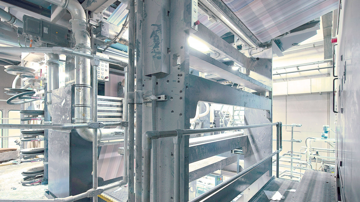 The web-fed offset printing press with printing webs seen from below