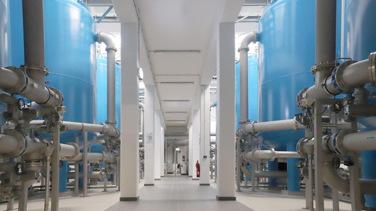 The machine hall of the Spitzmühle waterworks with filter vessels and pipes