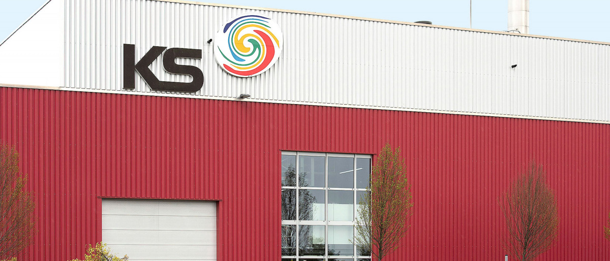 The company premises of the web-fed offset printing plant WKS Kraft Schlötes from outside.