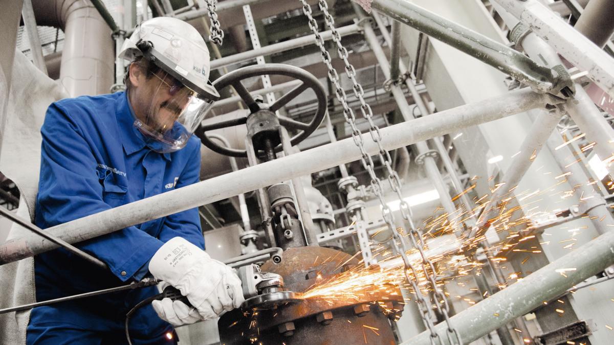 Empleados de KSBSupremeServ realizando trabajos de soldadura en una válvula