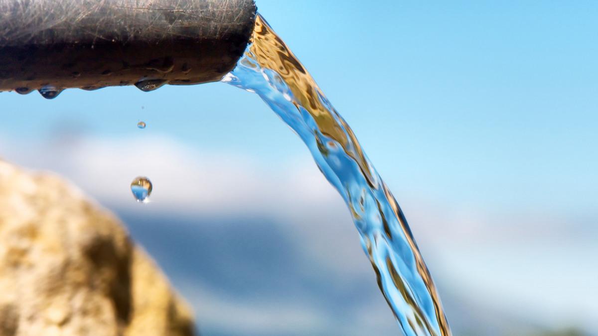 El agua limpia fluye a través de una tubería hasta una masa de agua