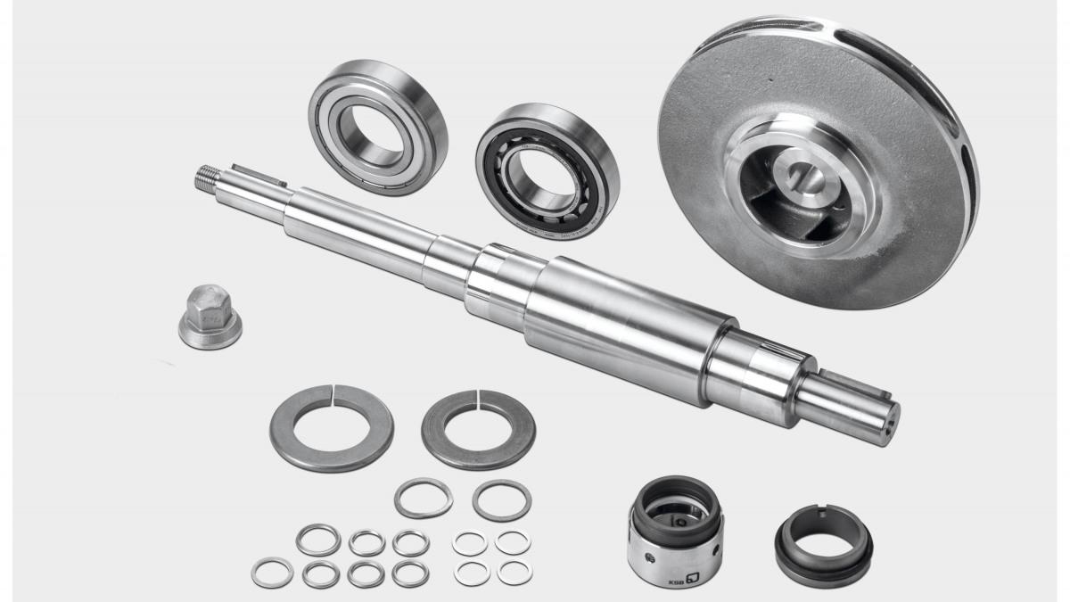 Vista general de las piezas de un kit de repuestos para una bomba MegaCPK de KSB con rodete, eje y cierre mecánico