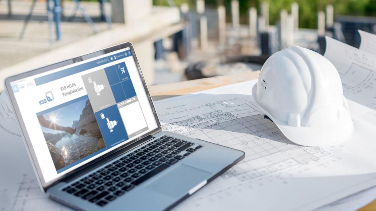 Planer über Pläne gebeugt, im Hintergrund ein Laptop mit der Software KSB Helps PumpSelection auf dem Screen