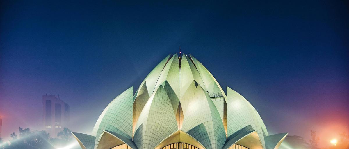Der Lotustempel bei Neu Delhi in Indien wird nachts beleuchtet.