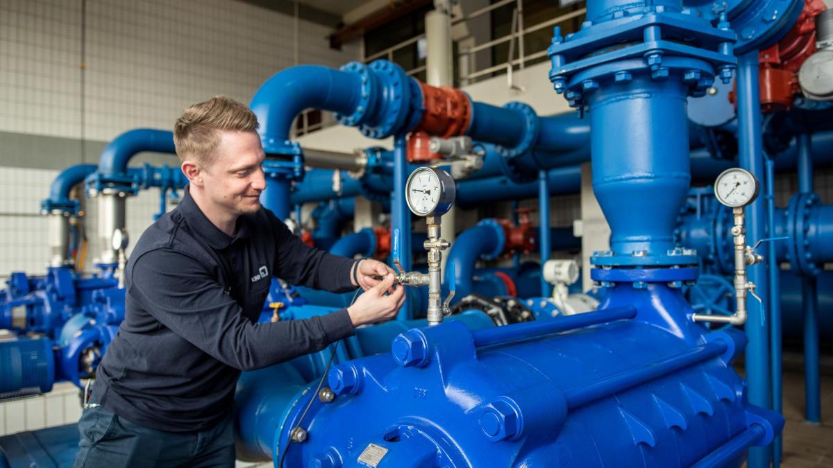 Weilerbach waterworks with KSB SupremeServ employee and data logger
