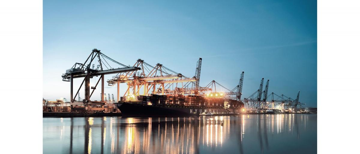 港に停泊する貨物船