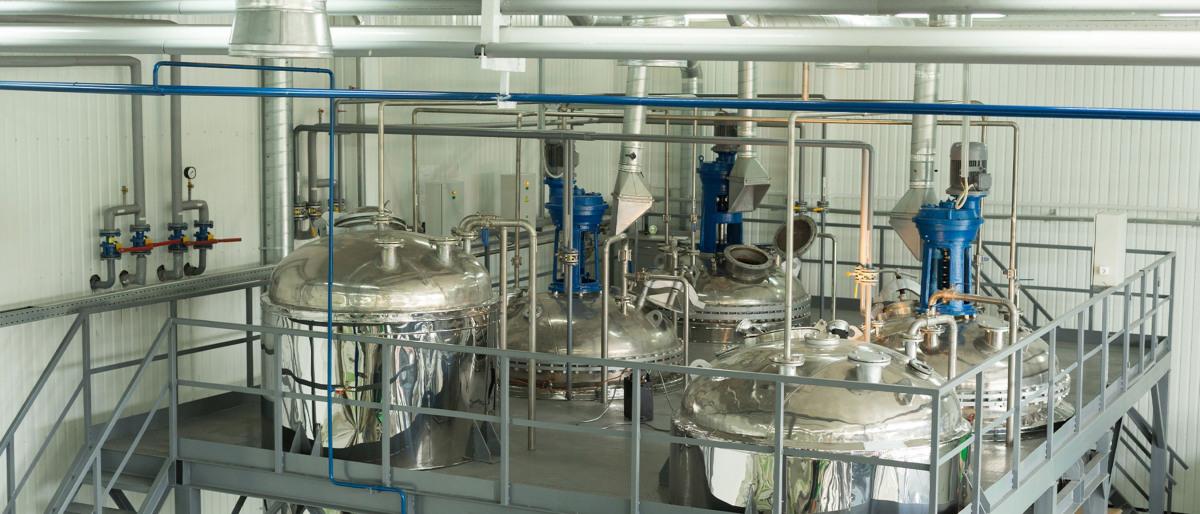 特殊化学品の生産プラントの大型貯蔵タンク