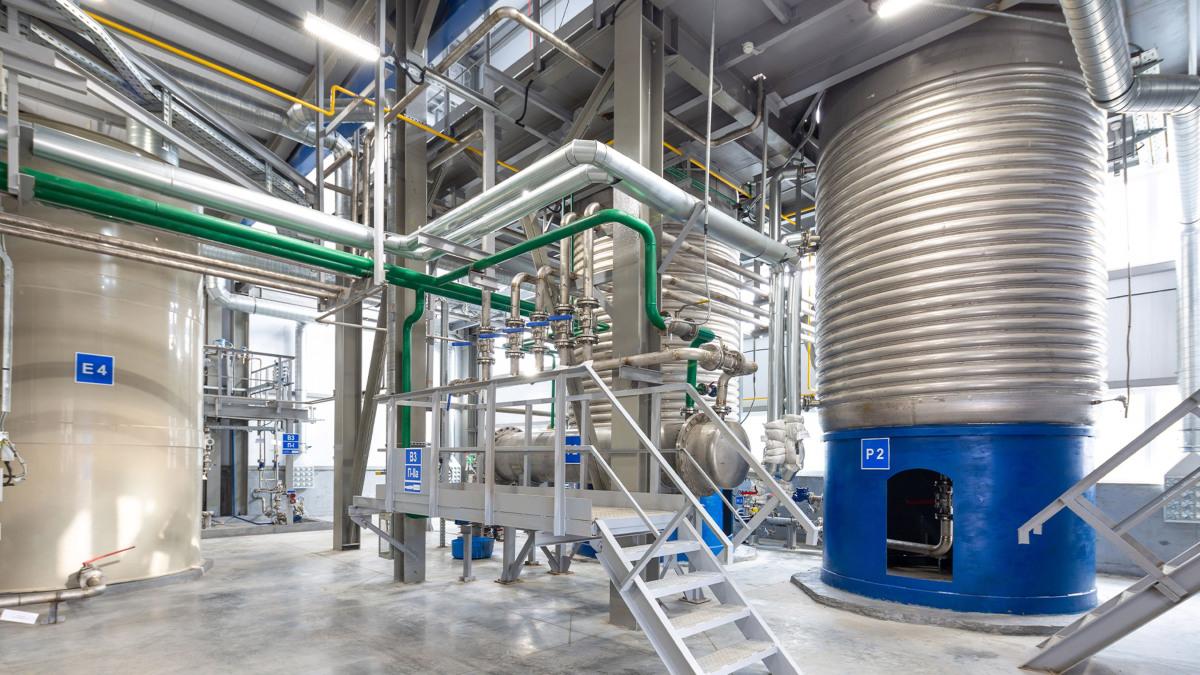 消費者向け化学製品工場の大型設備と天井の配管