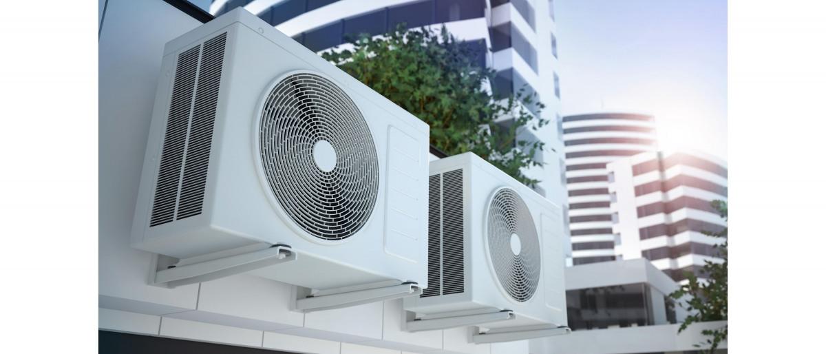 外壁に設置された 2 台のエアコンプレッサー。冷暖房技術:KSB が提供する暖房、空調、換気