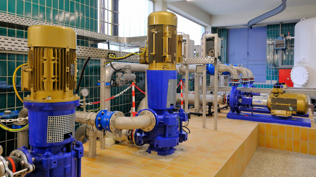 (Multitec V pumps, pipes, valves and control units in the Stadtlohn-Hundewick waterworks)