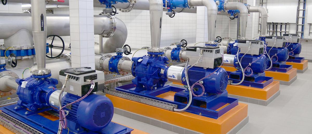 Pumpen, Rohre und Armaturen in der Maschinenhalle des Wasserwerks Groß Schönwalde