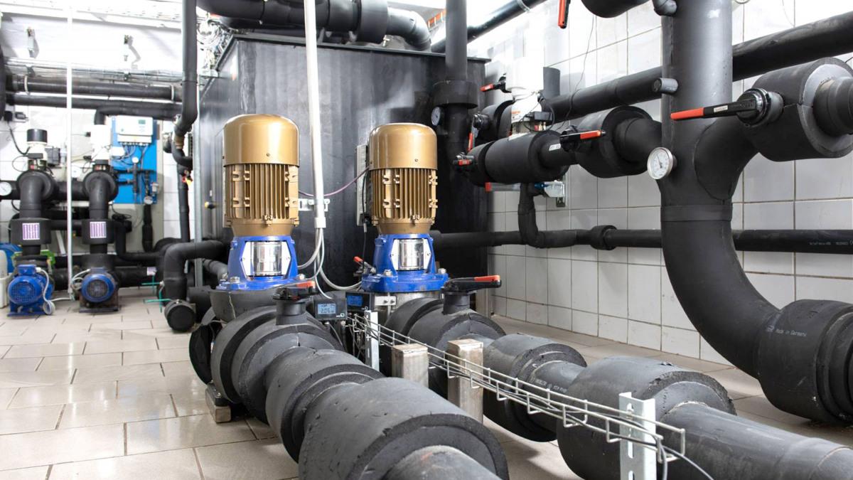 Anlage mit Rohrleitungen, Pumpen und Armaturen