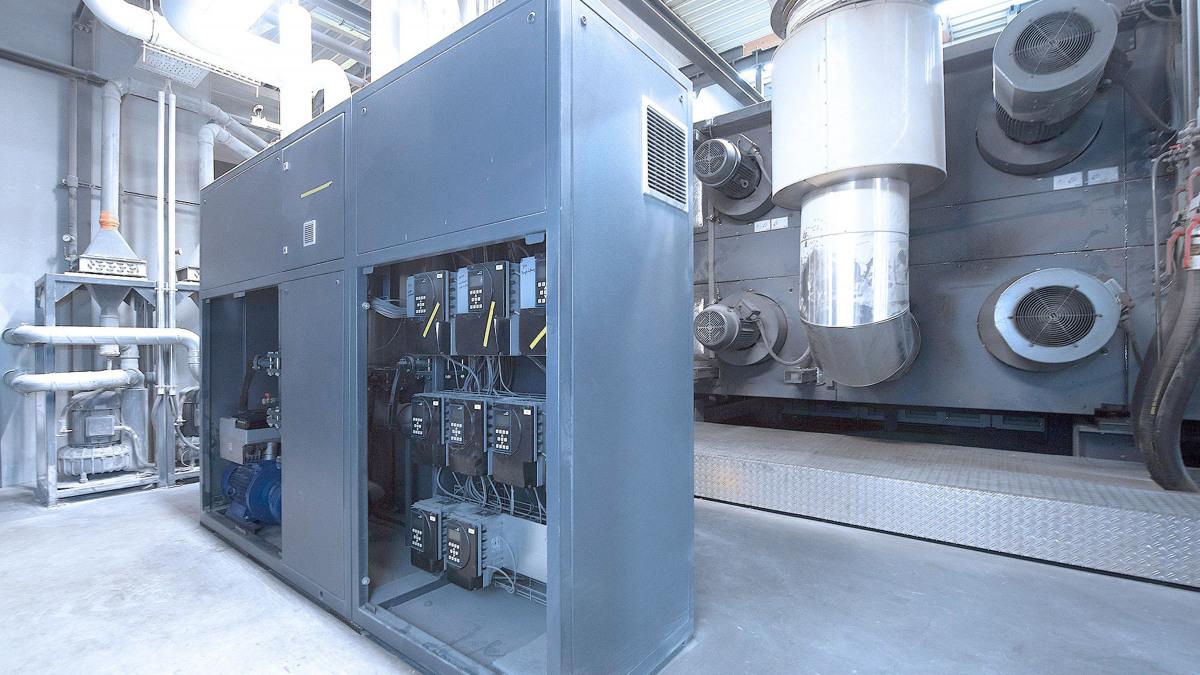 Kühleinheit mit PumpDrive 2 Drehzahlreglern und Etabloc Pumpe, im Hintergrund die Rollenoffset-Druckmaschine