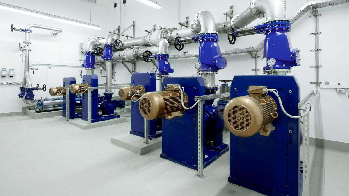 Abwasserpumpen, die in einer Kläranlage zur Abwasseraufbereitung genutzt werden.