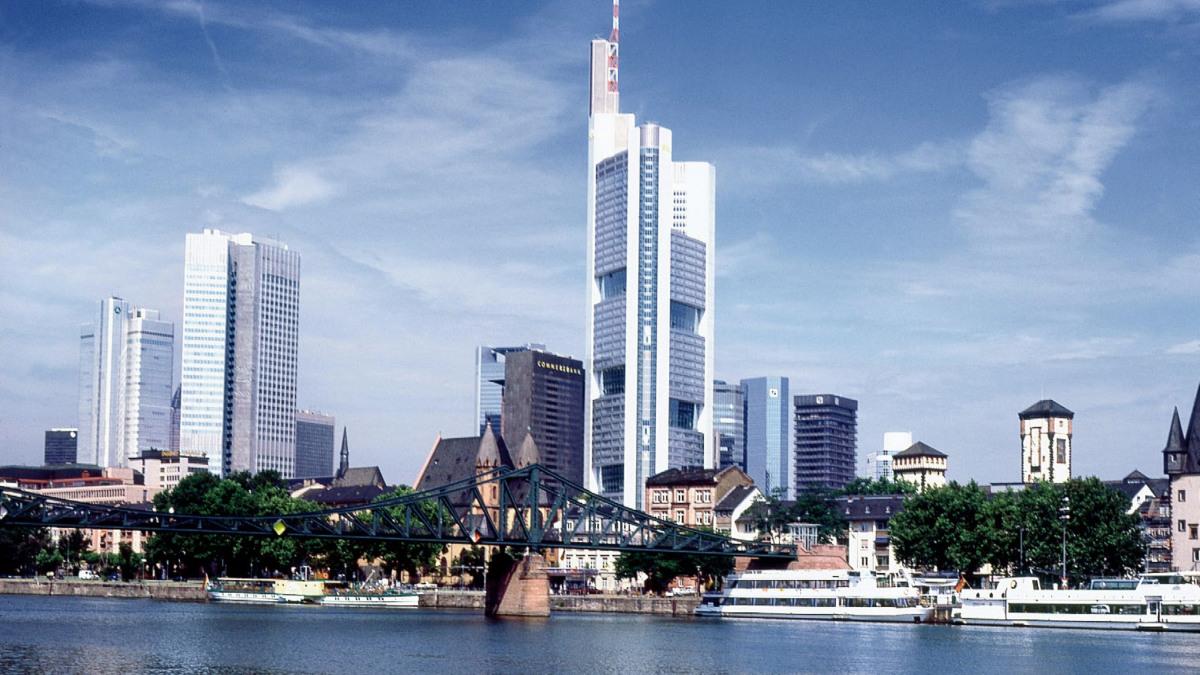Skyline einer Stadt am Fluss
