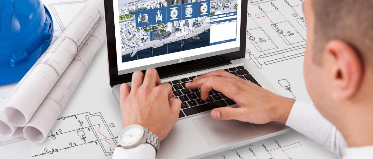 Planer in der Gebäudetechnik über Pläne gebeugt, im Hintergrund Laptop mit KSBuilding Consult auf dem Screen.