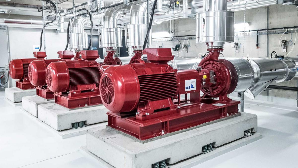 Sechs Chemienormpumpen vom Typ KSB CPKN fördern als Meerwasserpumpen das bis zu 30 Grad warme Meerwasser a