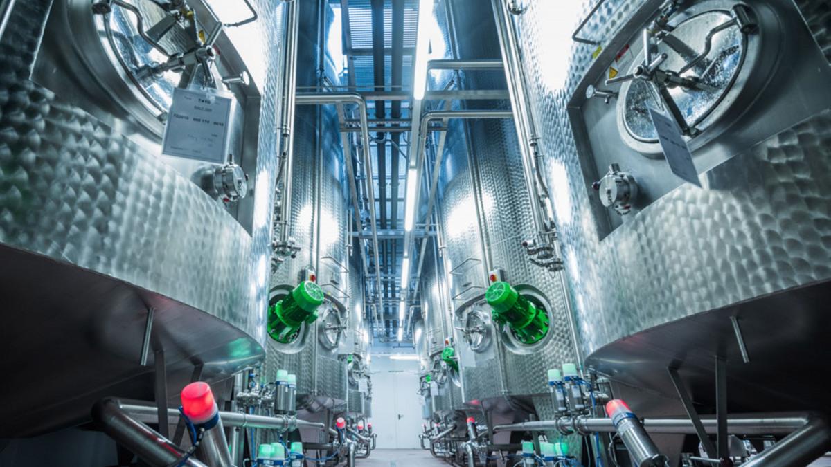 KSB-Pumpen fördern alle Stoffströme innerhalb der Anlage (im Bild nur einige der 27 Tanks).