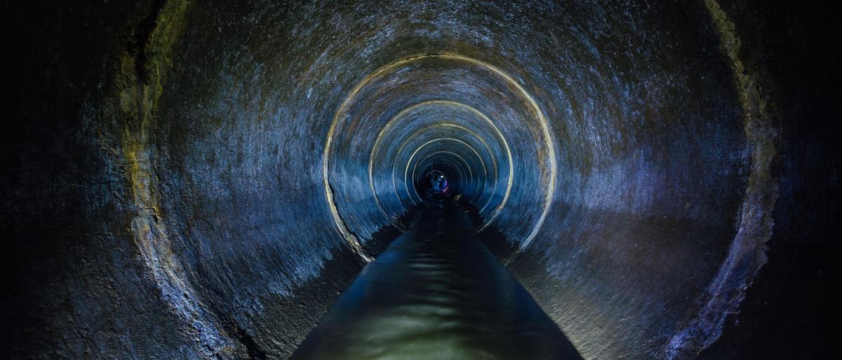Abwasserkanal mit Abwasser