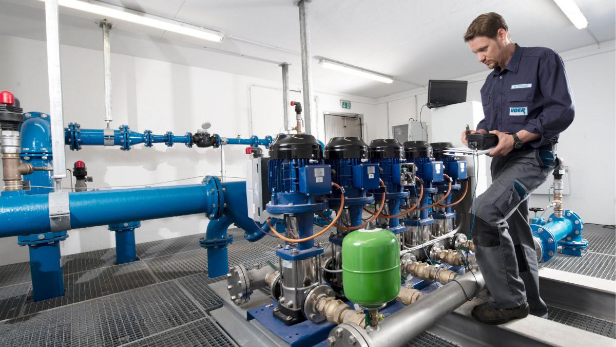 KSB-Techniker bei Wartungsarbeiten an einer Druckerhöhungsanlage