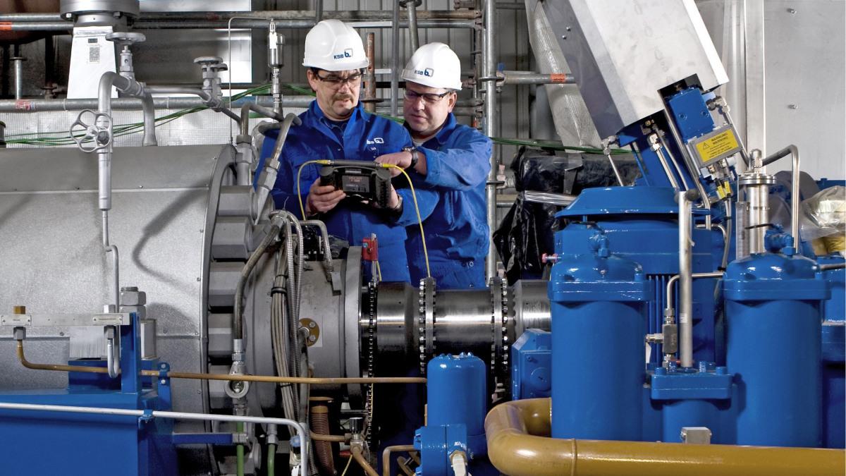 KSB-Support in einem fossilen Kraftwerk: Fachkräfte stehen in einer Anlage.