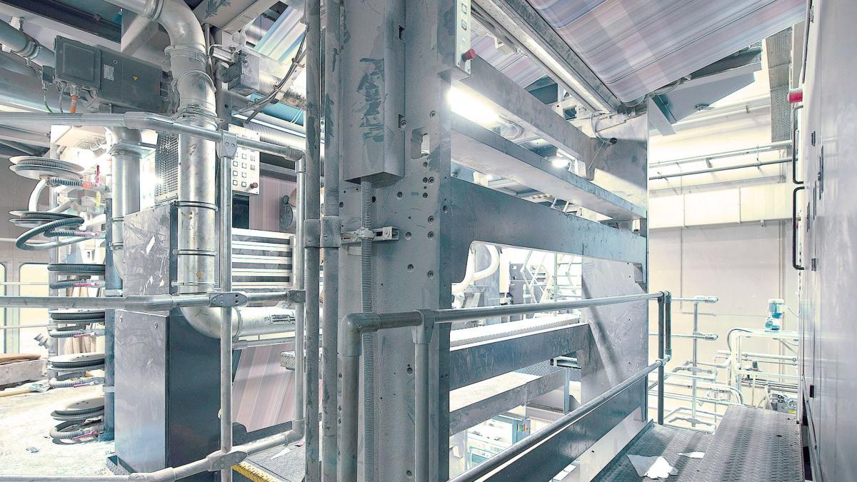 Die Rollenoffset-Druckmaschine mit Druckbahnen von unten gesehen