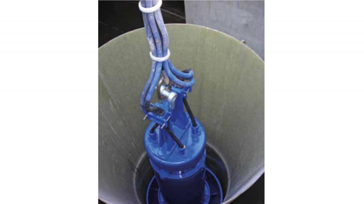 Bild einer KSB Tauchmotorpumpe Amacan mit wassergeschützen Kabelanschlüssen Amacan beim Einlassen in einen Schacht
